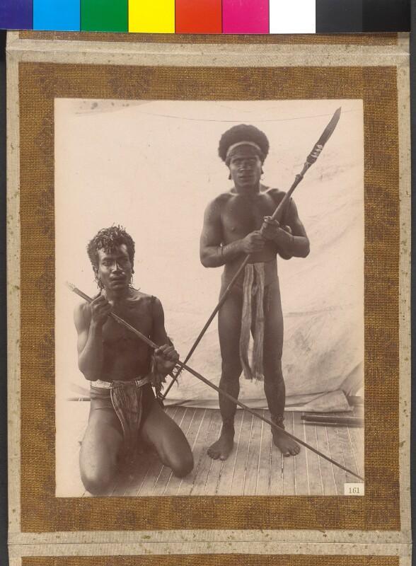 """St. Andrew-Inseln (Admiralitätsinseln): Zwei Inselbewohner an Bord der Yacht """"Tolna"""""""