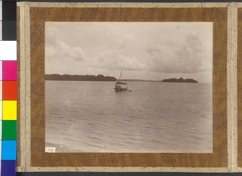 Admiralitätsinseln: Ein Kanu bringt in Bird Anchorage sein Segel ein