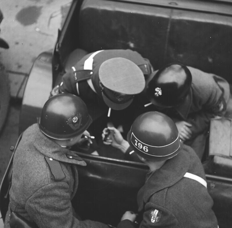 Millitärpolizei bei einer Zigarettenpause