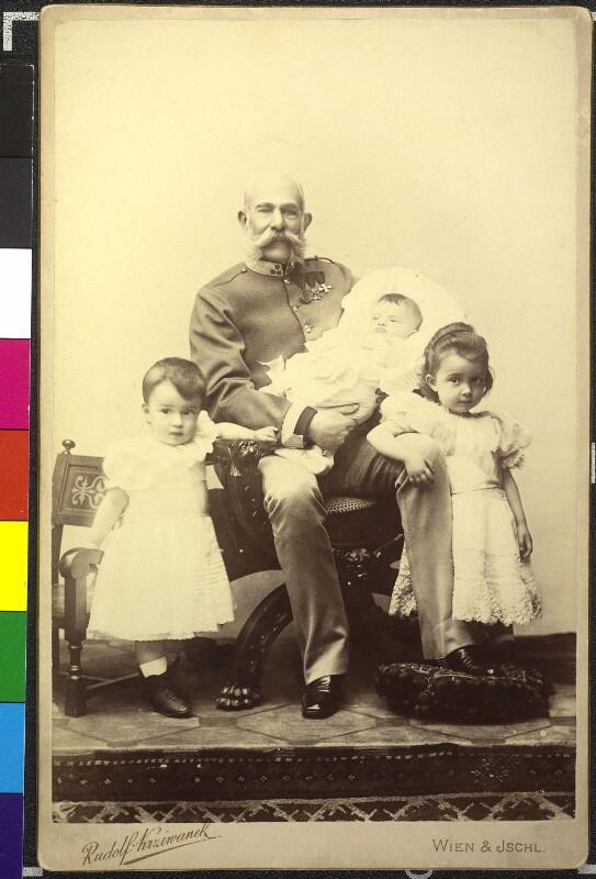 Kaiser Franz Joseph I. mit seinen Enkeln, den Kindern der Erzherzogin Marie Valerie, Franz Karl, Hubert Salvator und Elisabeth