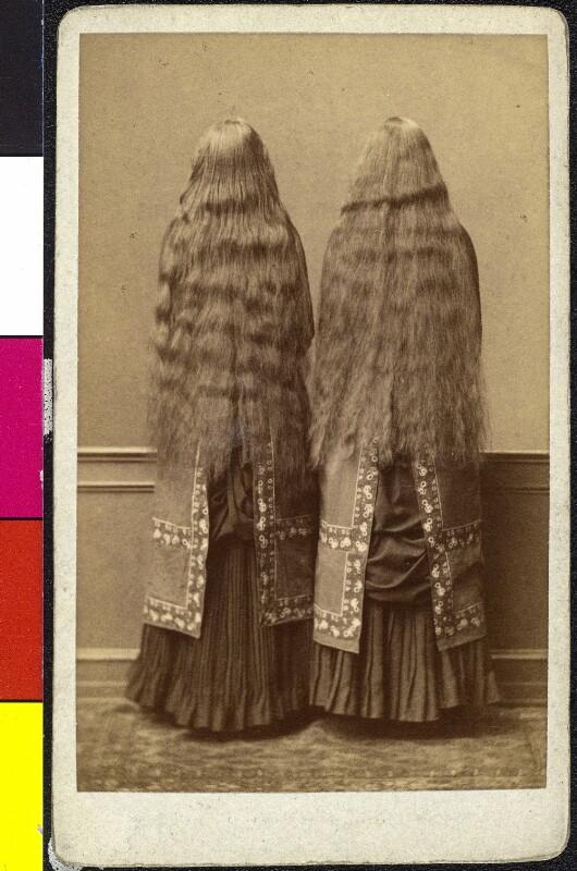 Zwei Frauen (Zwillinge) in gleicher Kleidung