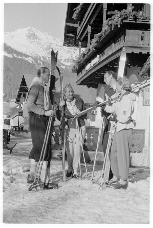 Mit Skiern vor dem Hotel