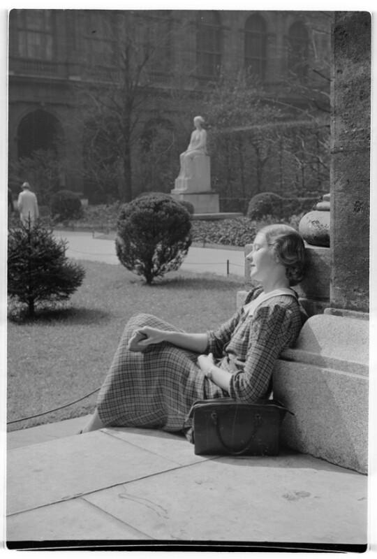 Studentin im Hof der Universität
