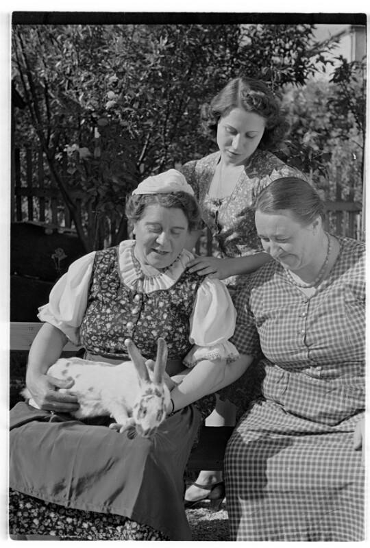 Annie Rosar im Schrebergarten