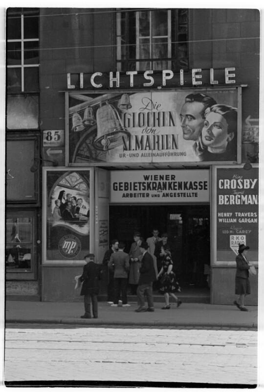 Kinoeingang mit MPEA-Plakat