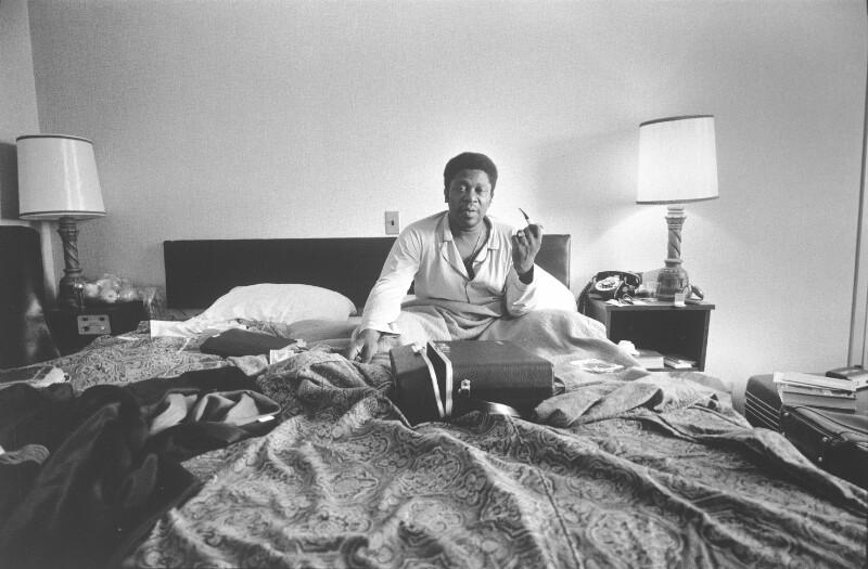 B.B.King im Bett sitzend
