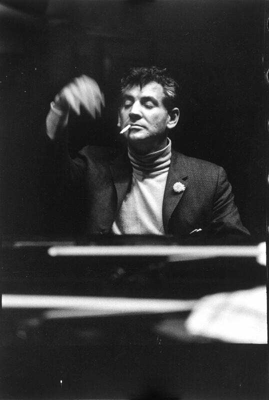 Leonard Bernstein dirigierend mit Zigarette, 1958