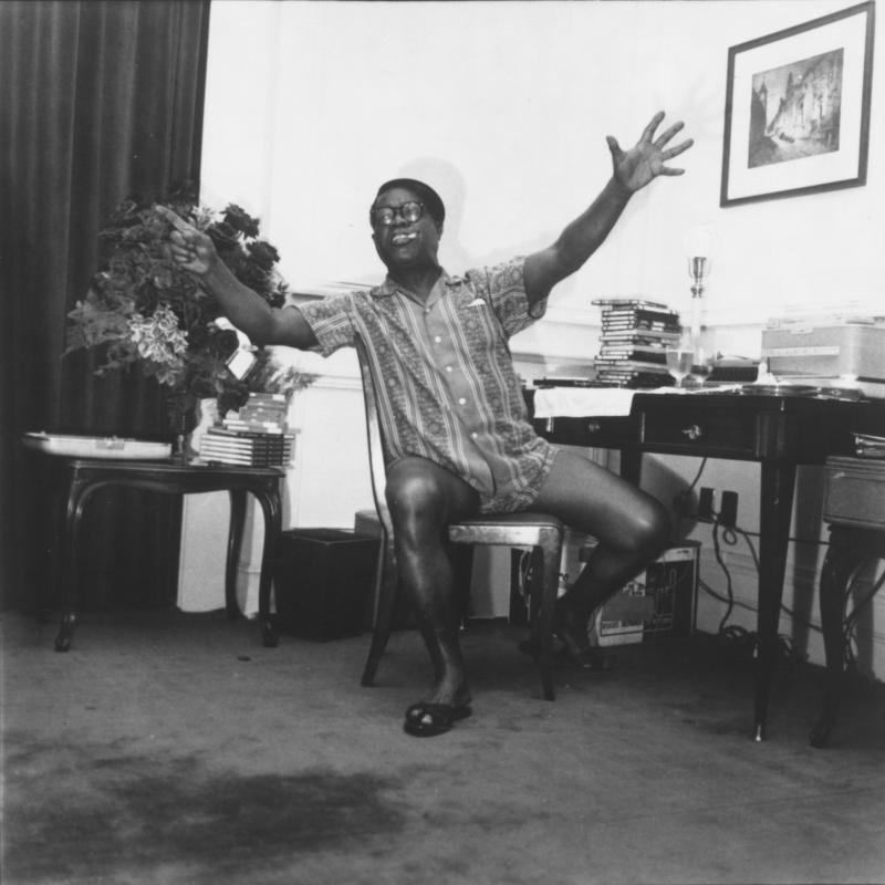Bildnis Louis Armstrong vor Schreibtisch, 1956