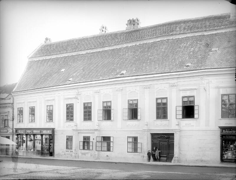 Mödling, Franz Josefsplatz 8