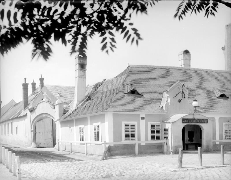 Schwechat, Hauptstraße 4