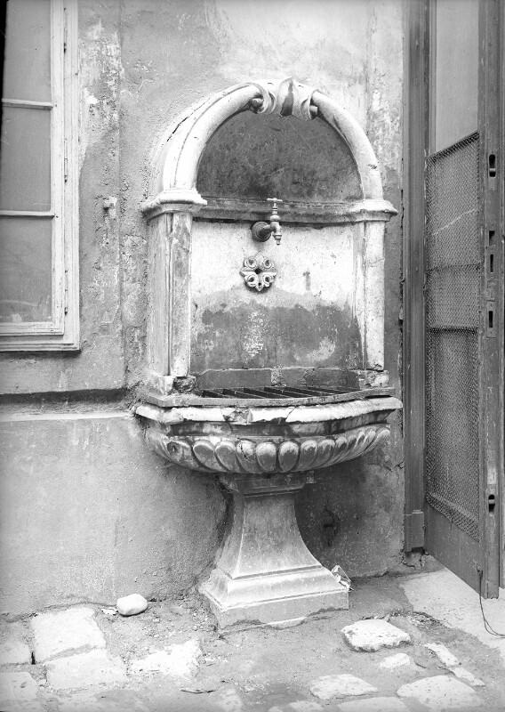 """Alt-Wiener """"Bassena"""" (Wasserleitung)"""
