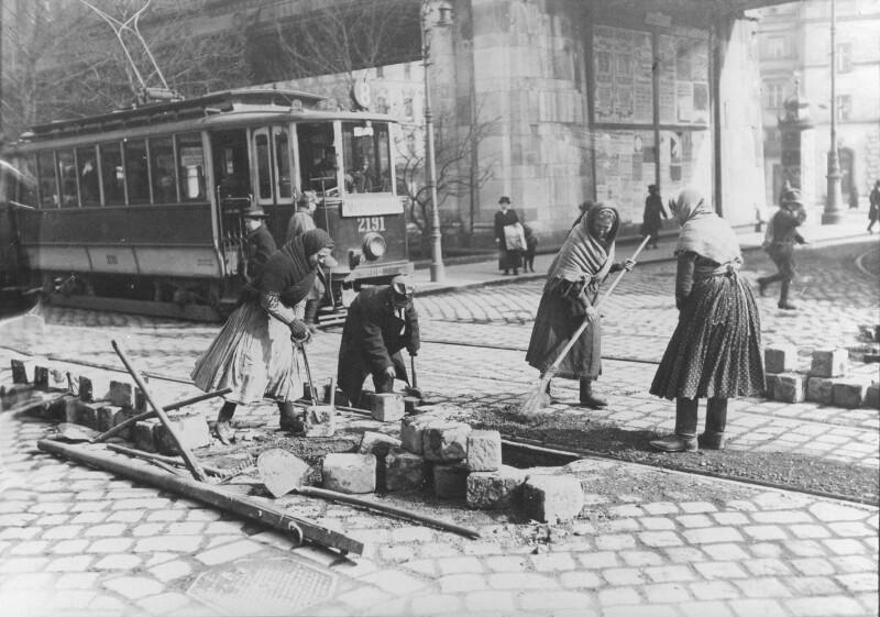 Frauen bei Pflasterungsarbeiten am Wiener Gürtel