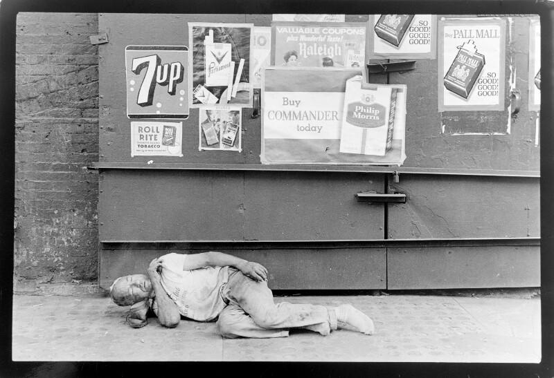 Schlafender Mann auf Gehsteig in Buenos Aires