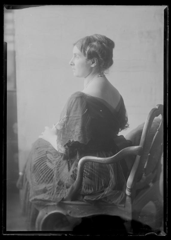 Bildnis Alice Schmutzer (1884-1949) von hinten