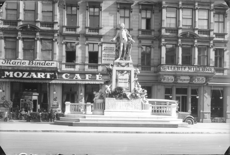 Denkmal am ursprünglichen Standort vor dem Mozart-Café am Albertinaplatz (Wien I)©Bildarchiv Austria, ÖNB