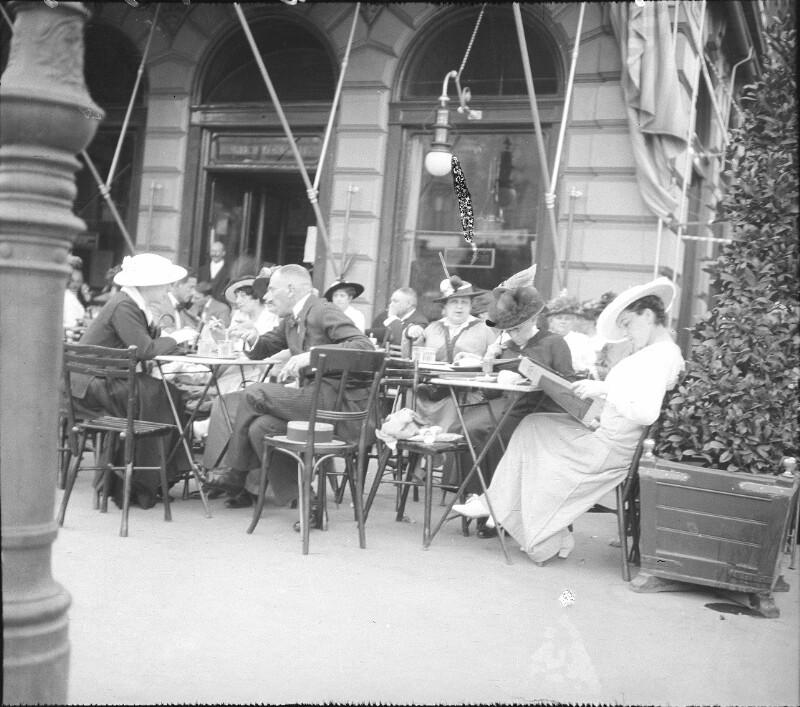 Schanigarten eines Kaffeehauses in Wien mit Gästen