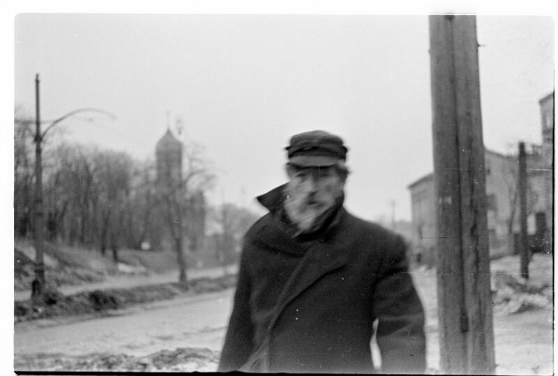 Straßenbild mit altem Mann