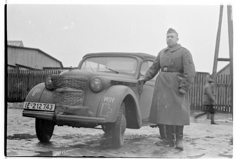 Soldat mit Automobil