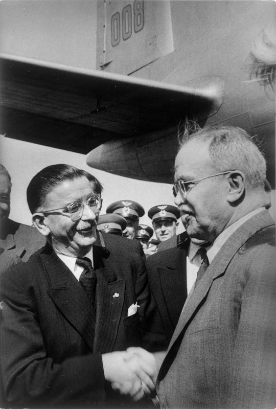 Bundeskanzler Figl begrüßt Außenminister Molotow