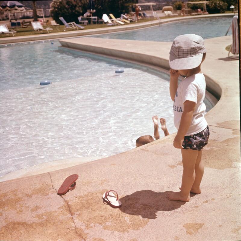 Kleinkind mit Kappe an Pool, Venezuela