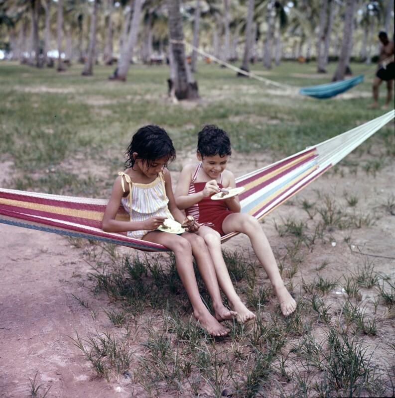 Zwei Kinder auf einer Hängematte, Puerto Rico
