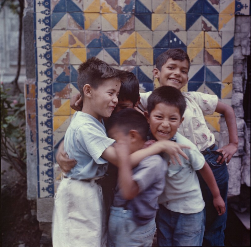 Fünf Knaben in Umarmung, Mexiko