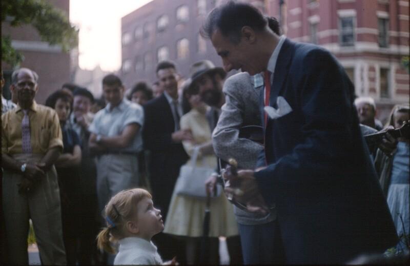 Straßenmusikant und kleines Mädchen