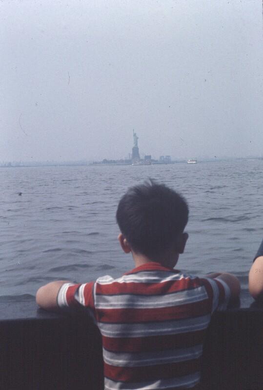 Knabe von hinten an Schiffsreling, New York