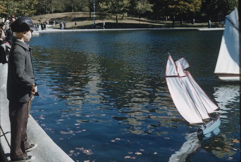Knabe mit Modellbooten