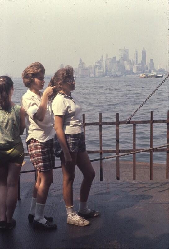 Mädchen flicht anderem Mädchen Zopf, USA