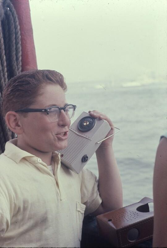 Mann mit Transistorradio