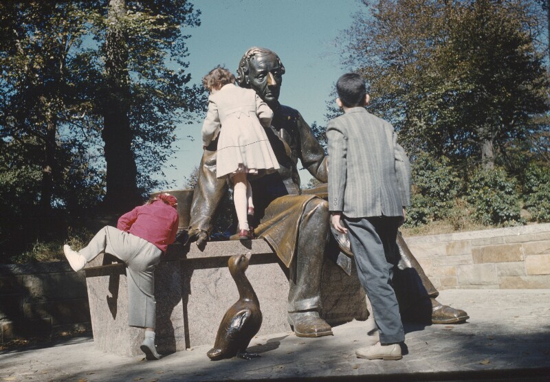 Kinder klettern auf Statue von Hans Christian Andersen, USA