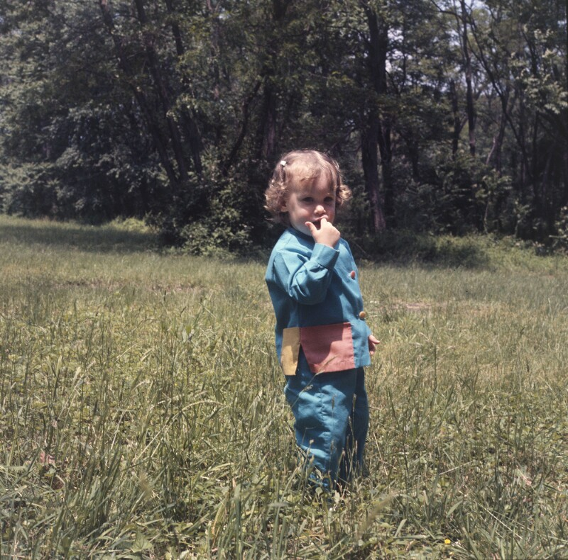 Kind in Wiese