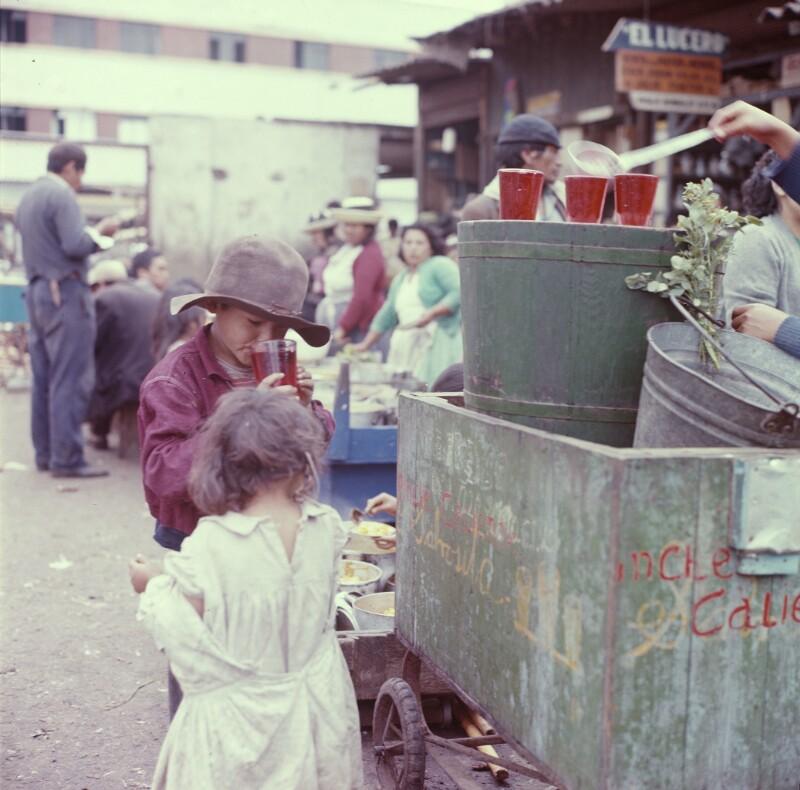 Zwei Kinder vor Getränkekarren, Peru