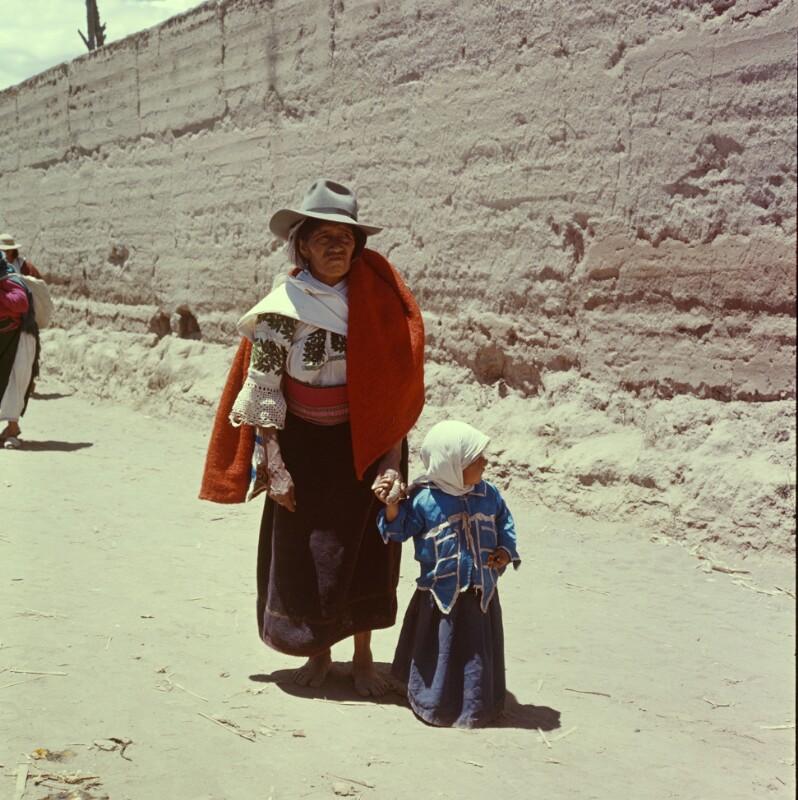 Frau mit Hut und Mädchen mit Kopftuch, Ecuador