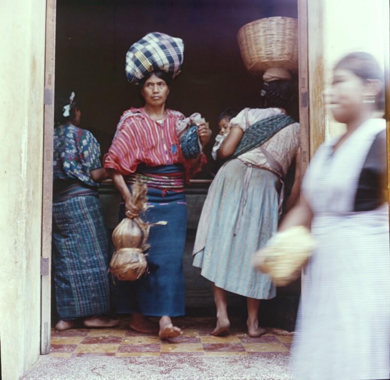 Frauen mit Lasten am Kopf beim Einkauf