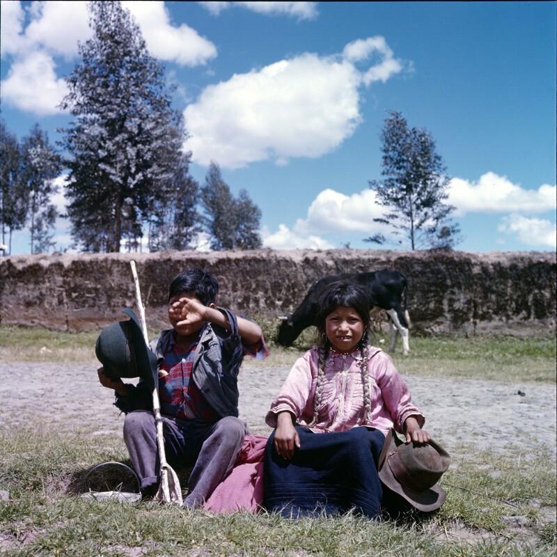 Im Gras sitzende Kinder, Ecuador