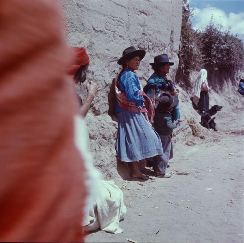 Zwei Frauen und ein Kind, alle mit Hut, Ecuador