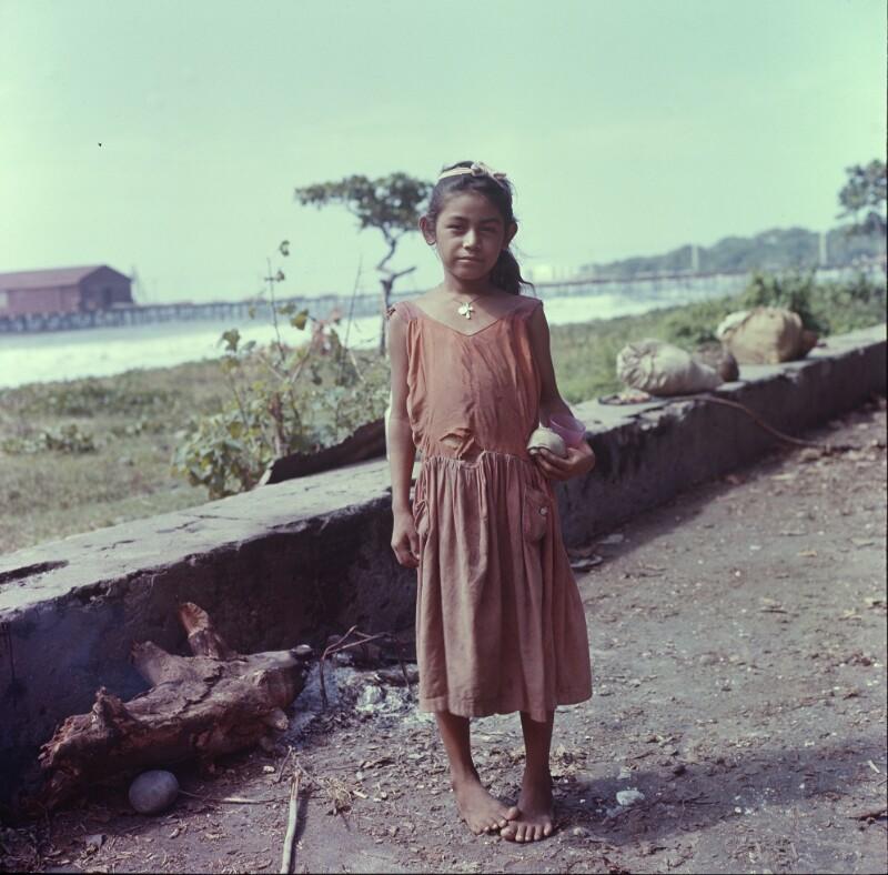 Mädchen in dünnem Kleid vor Küste, San Salvador