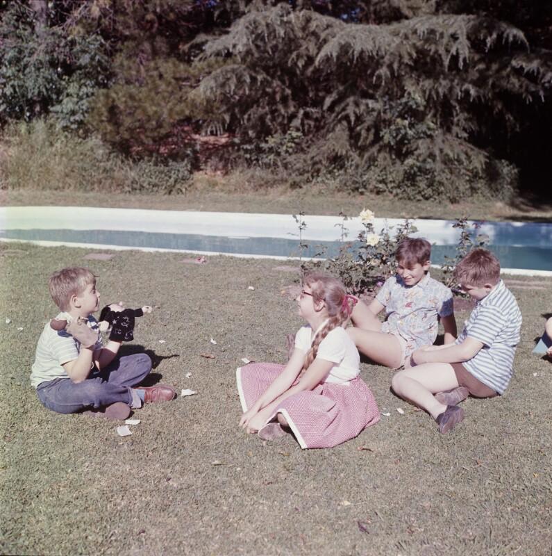Kindergruppe vor Knaben mit Handpuppe, Argentinien