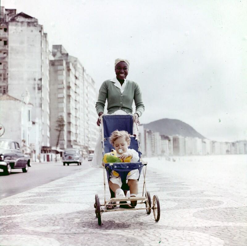 Farbige Frau mit weißem Kind in Buggy, Brasilien