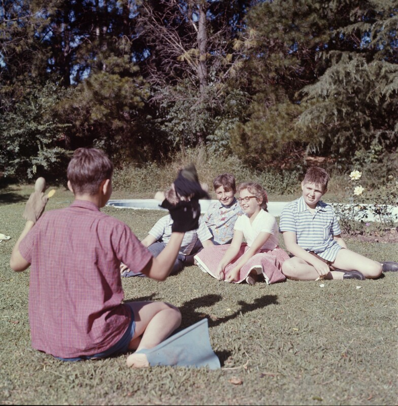 Kindergruppe vor Knaben mit Handpuppen, Argentinien