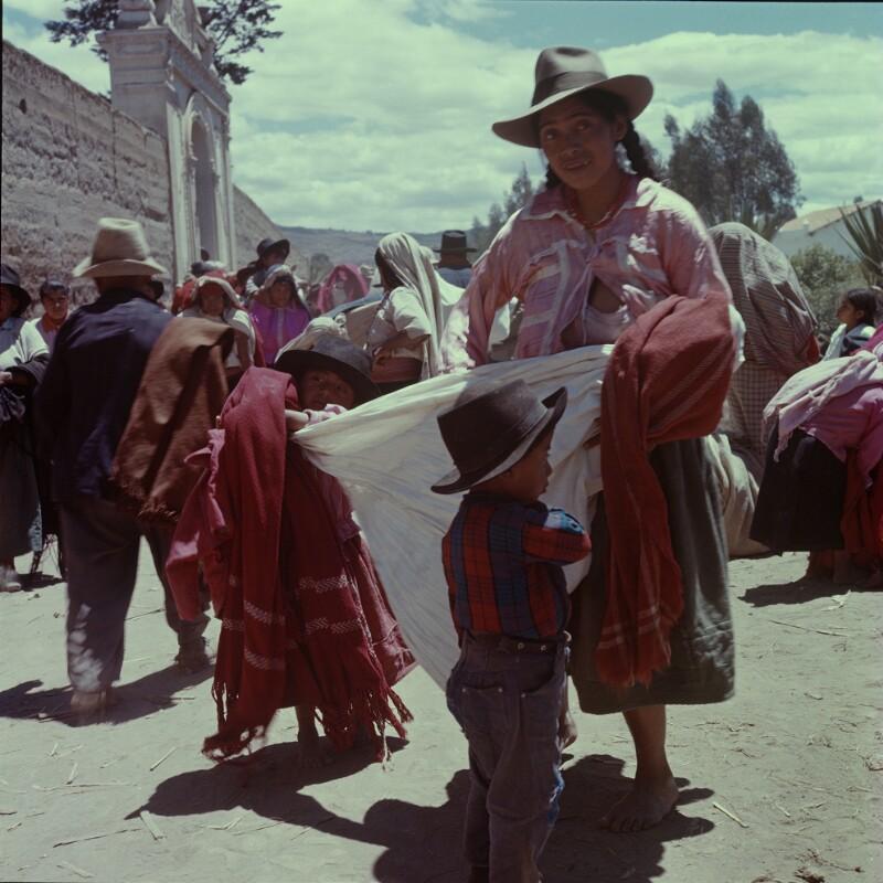 Frau und zwei Knaben verkaufen Stoffe, Ecuador