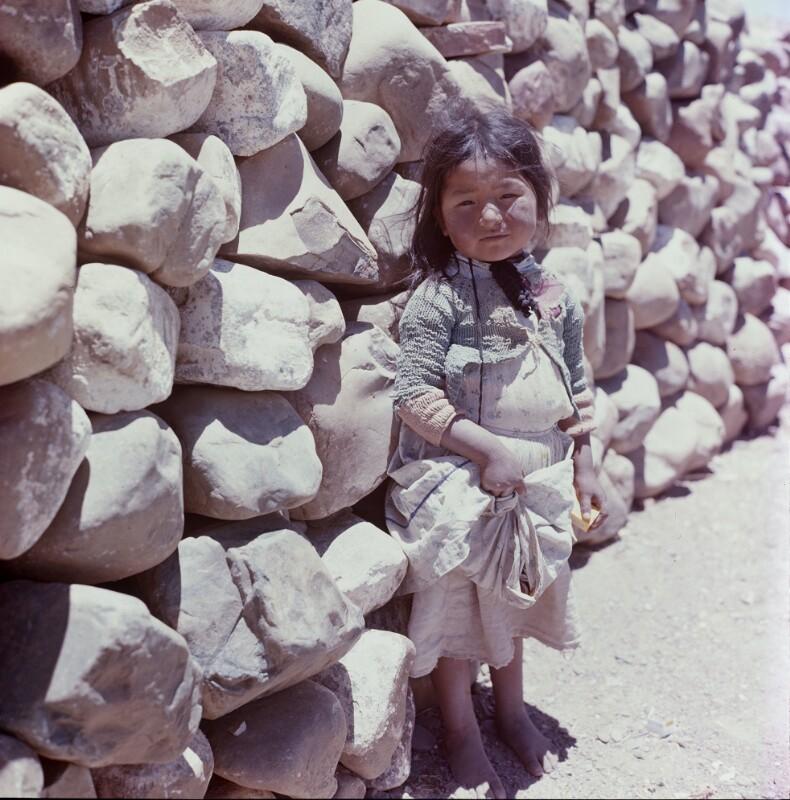 Mädchen vor Steinmauer, Bolivien