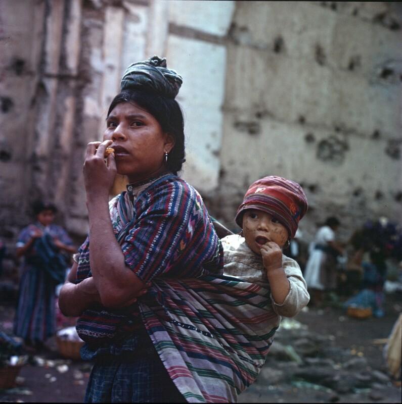 Frau mit Kind am Rücken, Guatemala
