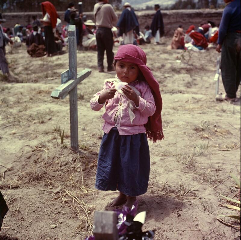 Mädchen auf Friedhof, Ecuador