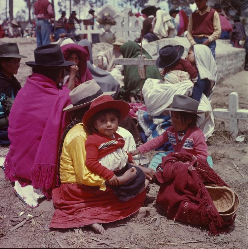 Kinder mit ihren Familien am Friedhof, Ecuador