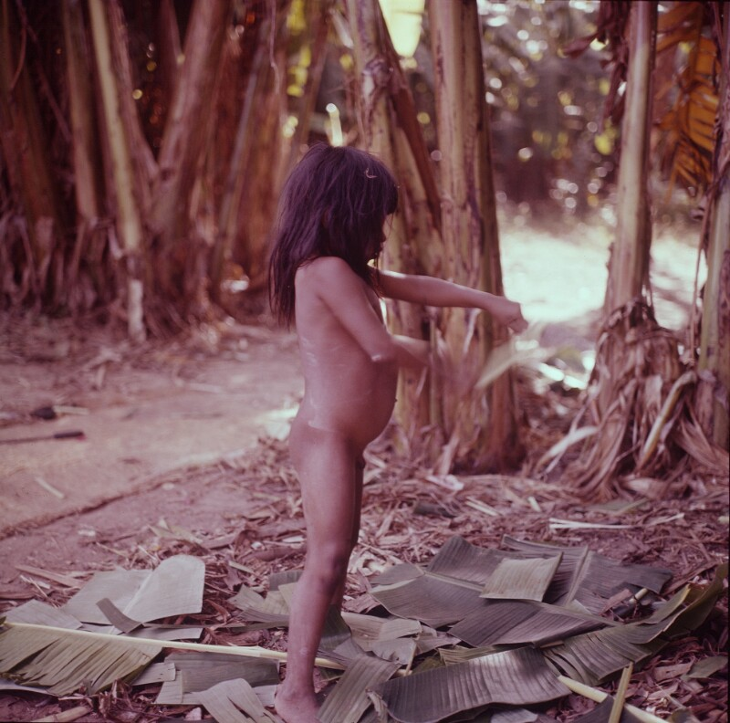 Nackter Knabe auf Bananenblättern, Brasilien