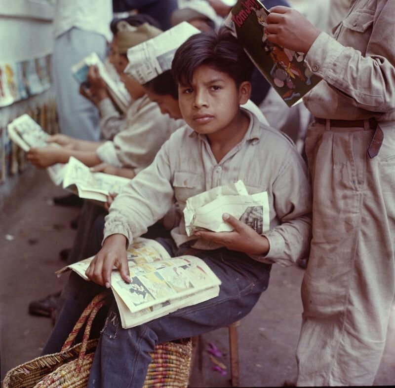 Sitzender Knabe mit Comic, Peru