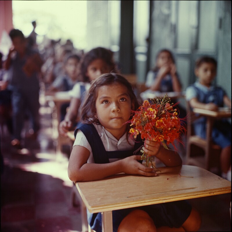 Schülerin mit Blumenstrauß, San Salvador